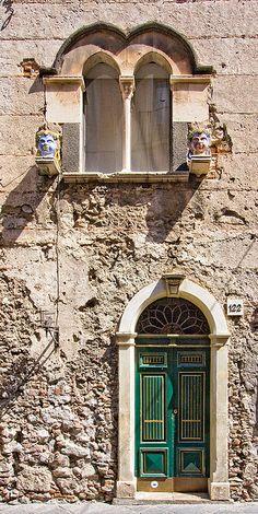 building with green door in Taormina, Sicily.  LOVE the door!  #taorrmina