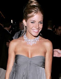 Sienna Miller short hair cuts are the most appealing short hair styles. Sienna Miller short hair cuts have proved i. Fashion Idol, Fashion Beauty, Sienna Miller Style, Short Summer Dresses, Celebs, Celebrities, Beautiful Actresses, Strapless Dress Formal, Dressy Dresses