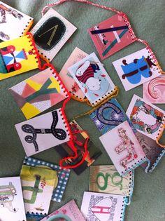 Gaat je kind naar groep 3, haak een letterslinger. Hier met kaarten uit de Flow, maar je kan de kaarten natuurlijk ook prima zelf of samen met je kind ontwerpen.