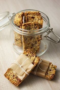Healthy snack: oatmeal bar rnrnSource by Healthy Desserts, Raw Food Recipes, Healthy Food, Homemade Cereal, Desserts With Biscuits, Oatmeal Bars, Dessert Bars, Granola, Love Food