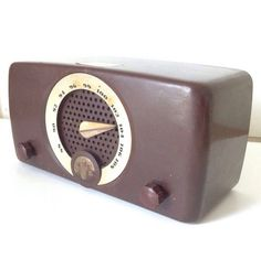 Antique 1950s radio made by Zenith Chicago USA With a brown bakelite body, this…