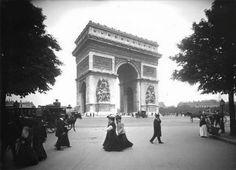 Des parisiennes à l'Arc de Triomphe en 1901 © Frères Séeberger/Ministère de la Culture/Médiathèque de l'architecture et du patrimoine/RMN