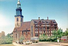 1967 Ost-Berlin - Probst Grüberhaus. Dieses direkt an die Marienkirche angelehnte Haus war eines der letzten, komplett unzerstörten Häuser, das dem Freiraum für die DDR-Staatsachse am Fernsehturm zum Opfer gefallen ist.  ☺
