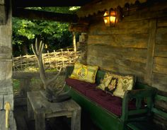 Outdoor / porch sitting area - Maramuresh house (north of Romania) Modern Country, Modern Rustic, Chalet Design, Living Room Styles, Decks And Porches, Family Picture Outfits, Cozy Living Rooms, Cabins In The Woods, Restaurant