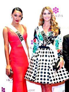 Miss Venezuela Mariam Habach y , Miss Brazil posando para Los Reporteros que Cubren el Magno Evento de la Belleza Universal en en Miss Universe en Filipinas by Antoni Azocar..