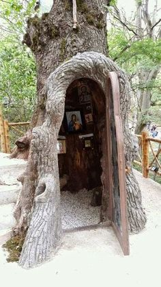 A shrine/altar inside a tree Weird Trees, Saint Chapelle, Prayer Corner, Home Altar, Unique Trees, Place Of Worship, Kirchen, Amazing Nature, Architecture