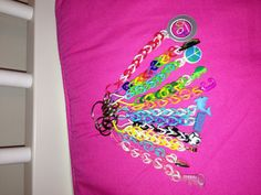 rainbow loom keychains ideas im definately going to do this Rainbow Loom Party, Rainbow Loom Bands, Rainbow Loom Bracelets, Rainbow Loom Patterns, Rainbow Loom Creations, Rubber Band Crafts, Rubber Bands, Wonder Loom, Easy Crafts To Sell
