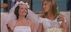 Τι κάνεις όταν οι φίλες σου παντρευόνται