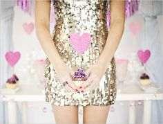 ★ Glamorous dresses and cupcakes is all you need this Friday! ★ More cupcake ideas here: http://selfpackaging.com/en/37-cupcakes / #cupcakes #cupcake #gold #fashion #diy (via Glitter and Grace blog)
