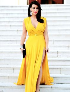 Kim Kardashian in elegant yellow dress. Kim K Style, Her Style, Kim Kardashian, Photo Glamour, Dark Autumn, Moda Chic, Yellow Dress, Bright Dress, Yellow Maxi