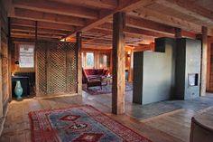 Poêle de masse gris sur mesure dans un chalet rénové avec foyer maçonné et accumulateur