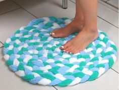 Turn Old Towels Into A Soft, Sophisticated Bath Mat – Braided Rugs Diy Fabric Crafts, Sewing Crafts, Sewing Projects, Craft Projects, Sewing Hacks, Recycling Projects, Fun Crafts, Diy And Crafts, Arts And Crafts