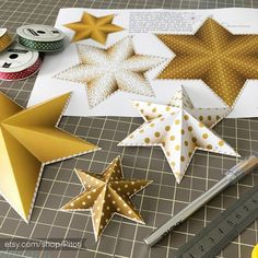 Make your own party decorations! Gold stars garland - all you need to do is print cut and fold. Make a star garland, hang it as party decorations or even as room decor. Super easy craft for kids and adults. Diy Decorations New Years, Printable Christmas Decorations, Gold Party Decorations, Tree Decorations, Diy Christmas Tree Garland, Star Garland, Christmas Crafts, White Christmas, Christmas Ornament