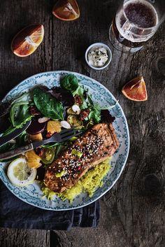Salmone agrodolce marinato, verdure e riso alla curcuma
