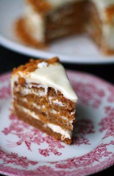 Minun joulupöydässäni on ollut jos jonkinlaista kakkua: perinteistä taatelikakkua, suklaapavlovaajaNigellan suklaapilvikakkua. Monesti pöydässä on nähty myös jonkinlainen raikas hyydykekakku, mutta mielessäni on pitkään ollut idea jouluisesta porkkanakakusta. Porkkanakakku on yksi lempparijälkiruuistani – varsinkin jos pohja...