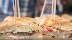 Besoin d'une idée pour un apéritif original ? Aujourd'hui nous vous proposons de découvrir comment réaliser un délicieux club sandwich géant façon salade caesar à partager. Une recette simple qui nécessite un gros et grand pain, du jambon de poulet, de la sauce caesar, de la salade, des tomates et les ingrédients de votre choix ! Préparez le tout dans votre pain puis découpez en triangle. Il suffit ensuite de piquer chaque club et de déguster entre amis ! Petite astuce : n'hésitez pas à…