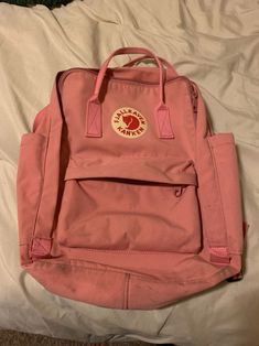 There are no rips but there are signs of use. It's is the regular sized one (NOT THE MINI) Trying to sell fast! Mochila Kanken, Kanken Backpack, Backpack Brands, Backpacks, Things To Sell, Signs, School, Bag, Beautiful Bags