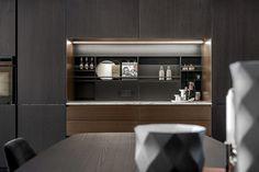 Kjøkken fra Poliform i modellen Alea. Fronter i svart alm og bronsefarget metallakk. Bespoke Kitchens, Kitchen Design, Design Of Kitchen