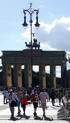 Das Brandenburger Tor in Berlin ist ein frühklassizistisches Triumphtor, das an der Westflanke des quadratischen Pariser Platzes im Berliner Ortsteil Mitte steht. Das Tor ist das einzig erhaltene von zuletzt 18 Berliner Stadttoren. Es ist eines der ersten klassizistischen Bauwerke in Preußen und markiert hiermit den Beginn des Klassizismus als staatstragende Architektur in Preußen.