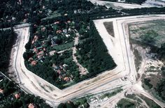 Maueranlage in Berlin Steinstuecken aus der Luft 1989