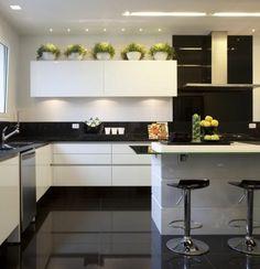 küche dekorieren grüne pflanzen schwarze fliesen aspirator stühle kücheninsel waschbecken