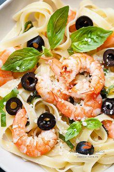 Pasta with prawns, cheese & basil