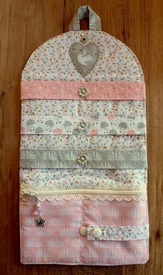 Pinza para el pelo Silo Swan en rosa blanco www. Diy Crafts Love, Baby Crafts, Love Sewing, Baby Sewing, Hair Clip Storage, Fabric Crafts, Sewing Crafts, Coin Purse Tutorial, Scrap Busters