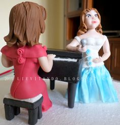 tapper per una torta di compleanno, Una ragazza canta e l'altra suona il pianoforte https://www.facebook.com/patty53G?ref=ts