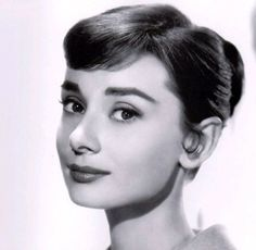Whoa: This British Girl Looks Exactly Like Audrey Hepburn Audrey Hepburn Wallpaper, Audrey Hepburn Kostüm, Audrey Hepburn Roman Holiday, Maquillaje Audrey Hepburn, Photography Women, Beauty Photography, Divas, Hollywood, Star Wars
