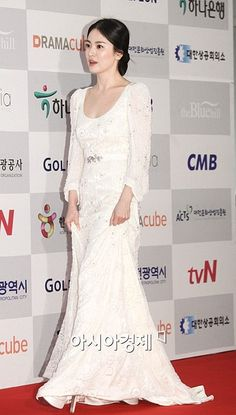 51 neue Ideen Hochzeit Make-up Asian Song Hye Kyo – … - Wedding Makeup Celebrity Curly Willow Wedding, Song Hye Kyo Style, Turquoise Bridesmaid Dresses, Yoo Ah In, Best Wedding Hairstyles, White Wedding Dresses, Dress Wedding, Korean Actresses, Red Carpet Dresses