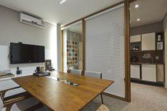 No Projeto do Escritório por Fábia Turchetti, a sala de reunião com o café ao fundo têm revestimentos do Ateliê Revestimentos, iluminação Vertz, mobiliários da Camp Garden e Sierra.