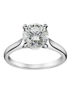 Anillo de platino con diamante central talla brillante de Cartier.