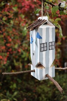 Milchtüten-Vogelhaus bauen Build milk cartons bird house – DIY: milk carton upcycling ideas there are many; This Tetrapack bird house can be individually designed. By tinkering with natural materials, you hardly need to buy anything for it. Diy Crafts To Do, Upcycled Crafts, Diy For Kids, Crafts For Kids, Carton Diy, Birdhouse Craft, Diy Kids Furniture, Diy Casa, Diy Bird Feeder