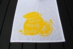 """Im Moment liebe ich Zitronen. Wahrscheinlich liegt das an den heißen Temperaturen. Mit Zitronen verknüpfe ich immer irgendwie Erfrischung. Zitronenwasser, Zitroneneis, Zironencreme,….. Also habe ich meinen Mann gebeten, ein lustiges Plottermotiv für meine Tischdecke zu entwerfen, das natürlich was darstellt? Richtig: Zitonen! Was Ihr braucht: eine leere Tischdecke, am Besten in weiß. Ihr könnt sie … """"Sommerliche Tischdecke selber machen – Zitronig gut! Inkl. kostenlose Vorlage"""" weiterlesen"""