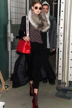 Gigi Hadid kombinierte ihre rote Fendi Dotcom Tasche mit dem Schulterriemen Strap You.