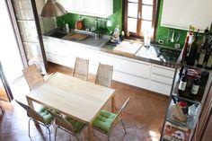 Cucina moderna con pavimento in cotto