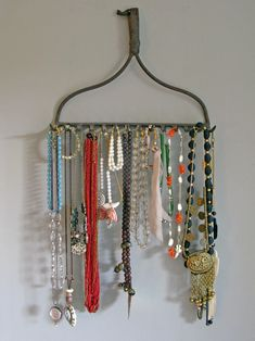 You would be surprised at how well a vintage rake head keeps necklaces untangled and hanging beautifully on the wall. Kevi Zupancic detached the handle and simply nailed the rake head to the wall to create a unique and rustic jewelry holder Jewellery Storage, Jewelry Organization, Jewellery Display, Necklace Storage, Necklace Display, Headband Organization, Jewellery Stand, Diy Jewellery, Closet Organization
