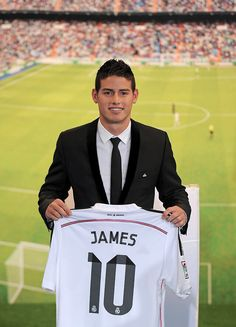 James Rodriguez holds his new Real shirt during his unveiling as a new Real Madrid player at the Santaigo Bernabeu stadium on July 2014 in Madrid, Spain. Real agreed to buy Rodriguez from AS. Get premium, high resolution news photos at Getty Images James Rodriguez, James 10, Houston Dynamo, Real Madrid Players, As Monaco, Sports Celebrities, Home Team, Sports Stars, Football Players