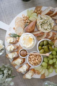 Charcuterie Recipes, Charcuterie And Cheese Board, Cheese Boards, Cheese Board Display, Tapas, Party Food Platters, Food Trays, Cooking Recipes, Healthy Recipes
