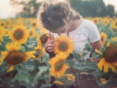 lovely photoshoot in a sunflower field Into The Wild, Fotos Goals, Sunflower Fields, Sunflower Patch, Sunflower Garden, Boho Stil, How To Pose, Mellow Yellow, Looks Cool