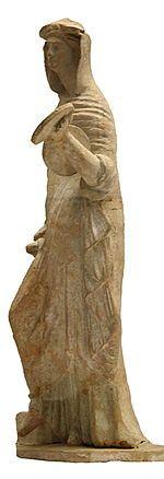 ▷紀元前600年頃古代ギリシア▷ペプロス (peplos)=ドーリス式キトン▷古代ギリシアの女性が着用していた長衣、外衣のこと。 重い長方形の毛織物を縦に畳んで体に巻きつけ、上部の折り返し部分で着る人に合わせて長さを調節する。 紀元前6世紀ごろからドーリア人の女性に着られたものが元になっており、初期は厚ぼったい粗末な毛織物で作られた。後に薄い織り物へと変わり、ゆるやかに体の線を浮かびあがらせて着用するようになる。 仕立てが同じで亜麻で作ったものはドーリア式キトンとも呼ぶ。 キトンとペプロスに加えて、短いケープを肩から羽織ることもあった。このケープは、「普通は喉元付近で止める小さなマントで、前は大きく開いていて、丈は胸のすぐ上までのことが多かった」という。