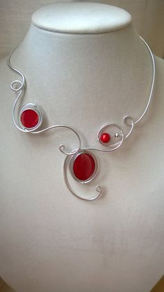 This contemporary and modern necklace promises a lot of compliments. If you want to feel really unique in any occasion, this is your necklace ! It is the perfect wedding necklace for your special da Red Jewelry, Modern Jewelry, Jewelry Crafts, Unique Jewelry, Jewelery, Wire Jewellery, Aluminum Wire Jewelry, Wire Wrapped Jewelry, Red Necklace