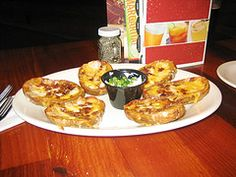 How to Make Texas Roadhouse Tater Skins- This appetizer is topped with a mixture of creamy melted cheddar cheese, bacon bits, sour cream and spices. V… - nimivo sites Ww Recipes, Copycat Recipes, Cooking Recipes, Appetizer Recipes, Snack Recipes, Popular Appetizers, How To Eat Better, Potato Skins, Bacon Bits