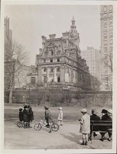 DEMOLISHED: The William A. Clark residence designed by Lord, Hewlett Hull and Kenneth Murchison in 1905 at 952 Fifth Avenue in New York City as seen during demolition in Vintage Pictures, Old Pictures, Old Photos, Photo New York, American Mansions, Old Mansions, Second Empire, Paris Ville, Vintage New York