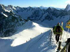 Compris entre 1 042 et 3 275m d'altitude, la vallée de Chamonix se décompose en quatre domaines skiables : Les Houches, Les Grands Montets, Brévent/Flégère et le domaine de Balme-Vallorcine. Avec ses 125 km de pistes et ses 53 remontées mécaniques, le domaine ne rigole pas avec les sports d'hiver. C'est d'ailleurs Chamonix qui a accueilli les premiers Jeux Olympiques d'hiver en 1924.