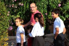 Fernando García Fontanet, fundador y director del Museo Escolar de Pusol, con algunos alumnos que se preparan para las jornadas dedicadas a este aniversario http://www.museopusol.com/es/actividad/?id=86&cat=10&dat=11%202014