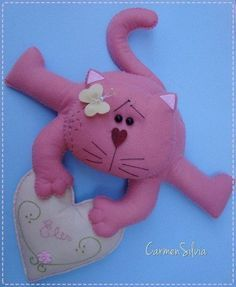 We sew charming cats 0 Cat Crafts, Doll Crafts, Diy And Crafts, Felt Mobile, Felt Cat, Cat Doll, Felt Patterns, Toy Craft, Cat Pattern