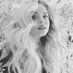 How gorgeous are Sasha's curls? Photo via: Sasha Pieterse Girl Photo Poses, Girl Photos, Henna Designs, Prety Little Liars, S Curl, Teased Hair, Sasha Pieterse, Hair 2018, Hair Photo
