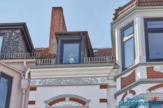 Farbliche Absetzungen, dezent aber deutlich in Grau und Weiß an dieser Gründerzeit Fassade Mansions, House Styles, Home Decor, Grey And White, Decoration Home, Manor Houses, Room Decor, Villas, Mansion