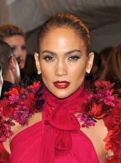 Jennifer Lopez Lipgloss - Jennifer Lopez was a ravishing beauty at the 2011 Met Gala. The actress/singer paired her fuchsia dress with a matching red lip gloss. Jennifer Lopez Sans Maquillage, Maquillaje Jennifer Lopez, Jennifer Lopez Makeup, Make Up Looks, Jlo Makeup, Hair Makeup, Nice Makeup, Maquillage Jlo, Elegant Hairstyles
